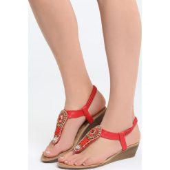 Czerwone Sandały Something Familiar. Czerwone sandały damskie marki Born2be, z materiału, na koturnie. Za 69,99 zł.
