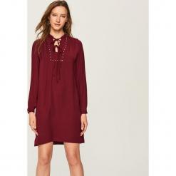 Sukienka z wiązanym dekoltem - Bordowy. Czerwone sukienki z falbanami marki Reserved. Za 69,99 zł.
