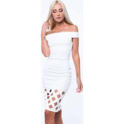 Sukienka z dekoltem carmen kremowa ZZ201. Białe sukienki marki Fasardi, l. Za 87,20 zł.