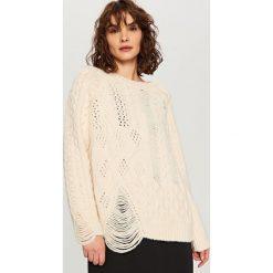 Swetry klasyczne damskie: Sweter o nieregularnym splocie – Kremowy