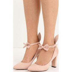 Różowe Czółenka Runny Babbit. Czerwone buty ślubne damskie marki Born2be, w paski, ze skóry, ze szpiczastym noskiem, na wysokim obcasie, na słupku. Za 79,99 zł.