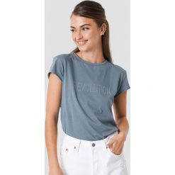 NA-KD Trend T-shirt z błyszczącym napisem Revolution - Blue. Białe t-shirty damskie marki NA-KD Trend, z nadrukiem, z jersey, z okrągłym kołnierzem. W wyprzedaży za 51,07 zł.