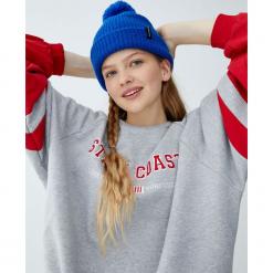 Szara bluza college z kontrastowymi rękawami. Szare bluzy rozpinane damskie Pull&Bear. Za 89,90 zł.