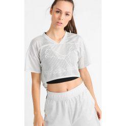 Puma Tshirt z nadrukiem glacier gray. Szare topy sportowe damskie marki Puma, xl, z nadrukiem, z materiału. W wyprzedaży za 132,30 zł.