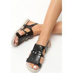 Czarne Sandały Tendril. Czarne sandały damskie z frędzlami marki Born2be, w paski, na płaskiej podeszwie. Za 49,99 zł.