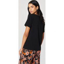NA-KD Basic T-shirt z dekoltem V - Black. Różowe t-shirty damskie marki NA-KD Basic, z bawełny. Za 52,95 zł.