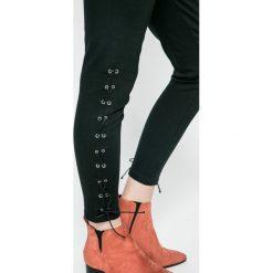 Answear - Jeansy. Czarne jeansy damskie rurki marki ANSWEAR, z bawełny, z podwyższonym stanem. W wyprzedaży za 79,90 zł.