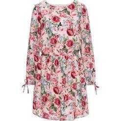 Sukienka w kwiatowy deseń: must have bonprix matowy jasnoróżowy z nadrukiem. Różowe sukienki z falbanami marki numoco, l, z dekoltem w łódkę, oversize. Za 59,99 zł.