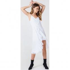NA-KD Boho Sukienka midi z marszczeniem z przodu - White. Niebieskie sukienki boho marki NA-KD Boho, na imprezę, w koronkowe wzory, z koronki, na ramiączkach, mini. W wyprzedaży za 40,19 zł.