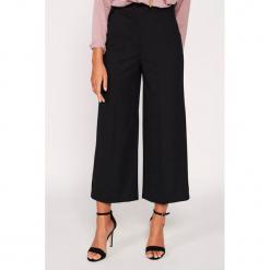 Spodnie w kolorze czarnym. Czarne spodnie z wysokim stanem Dioxide, w paski. W wyprzedaży za 99,95 zł.