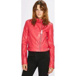 Guess Jeans - Kurtka. Brązowe kurtki damskie jeansowe marki Guess Jeans, l, z aplikacjami. W wyprzedaży za 539,90 zł.