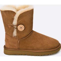 UGG - Buty Bailey Button II. Brązowe buty zimowe damskie marki NEWFEEL, z gumy. Za 999,90 zł.
