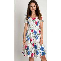 Sukienki: Rozkloszowana biała sukienka w kwiaty BIALCON