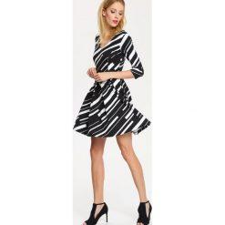 SUKIENKA DAMSKA WE WZORY, GŁADKA, KOLOROWA. Sukienki małe czarne Top Secret, w kolorowe wzory, z krótkim rękawem. Za 69,99 zł.
