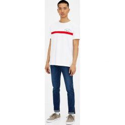 Ciemnoniebieskie jeansy skinny fit z efektem sprania. Niebieskie jeansy męskie relaxed fit marki Pull&Bear. Za 119,00 zł.