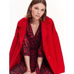 SUKIENKA DAMSKA W PANTERKĘ. Czerwone sukienki balowe Top Secret, na jesień, z motywem zwierzęcym. Za 189,99 zł.