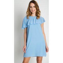 Jasnoniebieska sukienka z falbaną BIALCON. Niebieskie sukienki asymetryczne marki BIALCON, do pracy, biznesowe, z asymetrycznym kołnierzem. Za 279,00 zł.