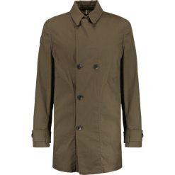 Denham COLONEL Krótki płaszcz artillery green. Zielone płaszcze na zamek męskie Denham, m, z bawełny. W wyprzedaży za 377,70 zł.