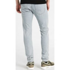 Abercrombie & Fitch SUPER SLIM LIGHT Jeansy Slim Fit light blue. Niebieskie jeansy męskie relaxed fit marki Abercrombie & Fitch, z bawełny. Za 369,00 zł.