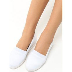 Białe Tenisówki na Koturnie Moses. Białe buty ślubne damskie Born2be, z okrągłym noskiem, na koturnie. Za 29,99 zł.