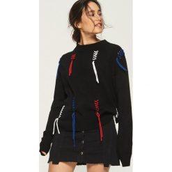 Sweter z kontrastowymi sznurowaniami - Czarny. Czarne swetry klasyczne damskie marki Sinsay, l, ze sznurowanym dekoltem. W wyprzedaży za 29,99 zł.