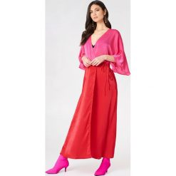 Płaszcze damskie pastelowe: NA-KD Trend Satynowa sukienka-płaszcz – Pink,Red