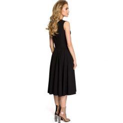 ANNETTE Rozkloszowana sukienka z tiulem w dekolcie - czarna. Czarne sukienki balowe Moe, z tiulu, z klasycznym kołnierzykiem, bez rękawów, dopasowane. Za 159,90 zł.