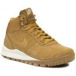 Buty NIKE - Hoodland Suede 654888 727 Haystock/ Light Brown/ Metallic Gold. Brązowe buty skate męskie Nike, na zimę, z materiału, na sznurówki. W wyprzedaży za 299,00 zł.