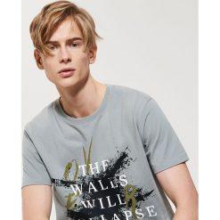 T-shirt z nadrukiem - Szary. Szare t-shirty męskie z nadrukiem marki House, l. W wyprzedaży za 25,99 zł.
