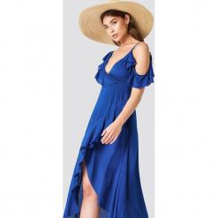 Debiflue x NA-KD Sukienka na jedno ramię z falbanką - Blue. Niebieskie sukienki na komunię Debiflue x NA-KD, dekolt w kształcie v. W wyprzedaży za 72,89 zł.