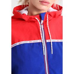 Bomberki damskie: Superdry COLOUR BLOCK CAGOULE Kurtka wiosenna pacific red/pacific navy