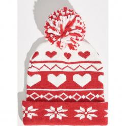 Wzorzysta czapka - Czerwony. Czerwone czapki damskie marki Sinsay. Za 24,99 zł.