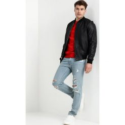 Abercrombie & Fitch Jeansy Slim Fit medium destroy. Niebieskie jeansy męskie relaxed fit marki Abercrombie & Fitch. Za 409,00 zł.