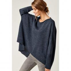 Sweter w kolorze granatowym. Niebieskie swetry klasyczne damskie marki SCUI, z dekoltem w łódkę. W wyprzedaży za 129,95 zł.