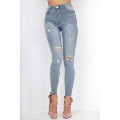 Szare jeansy high waist z rozdarciami. Szare rurki damskie N/A, z podwyższonym stanem. Za 59,99 zł.