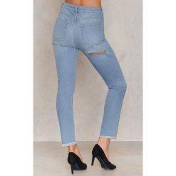 NA-KD Jeansy z wysokim stanem i rozdarciem z tyłu - Blue. Boyfriendy damskie NA-KD, z bawełny. W wyprzedaży za 60,89 zł.