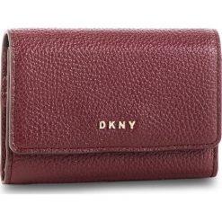 Mały Portfel Damski DKNY - Card Case Id R82ZA503 Blood Red XOD 645. Czerwone portfele damskie DKNY, ze skóry. Za 289,00 zł.