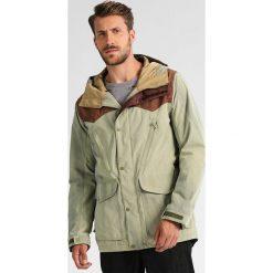 Burton FOLSOM Kurtka snowboardowa olive branch. Zielone kurtki sportowe męskie Burton, m, z materiału, snowboardowy. W wyprzedaży za 943,20 zł.