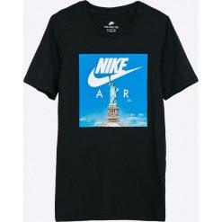 Nike Kids - T-shirt dziecięcy 122-170 cm. Czarne t-shirty chłopięce z nadrukiem Nike Kids, z bawełny, z okrągłym kołnierzem. Za 99,90 zł.