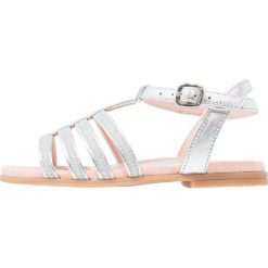 Unisa LOTRE Sandały light metal silver. Szare sandały chłopięce marki Unisa, z materiału, z otwartym noskiem. W wyprzedaży za 144,50 zł.