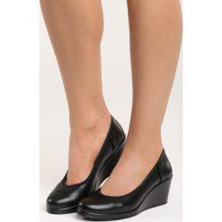 Czarne Czółenka Vantage. Czarne buty ślubne damskie marki Born2be, ze skóry, z okrągłym noskiem, na koturnie. Za 79,99 zł.