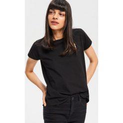 T-shirt z haftem - Czarny. Czarne t-shirty damskie marki Reserved, l, z haftami. Za 24,99 zł.