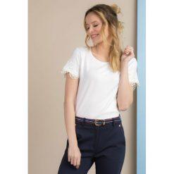 T-shirt z koronkowymi rękawami. Szare t-shirty damskie marki Monnari, z bawełny, z dekoltem na plecach. Za 59,50 zł.
