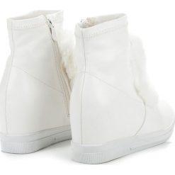 Trampki na koturnie z futerkiem BRIANA. Białe buty ślubne damskie Merg, na koturnie. Za 59,95 zł.
