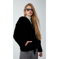Krótka kurtka z kapturem ze sztucznym futerkiem. Czarne kurtki damskie marki Pull&Bear, z kapturem. Za 199,00 zł.