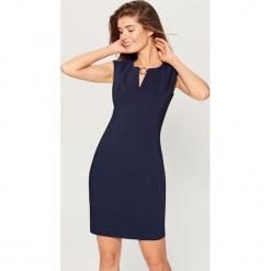 Sukienka z biżuteryjną klamrą - Niebieski. Niebieskie sukienki z falbanami marki Mohito. Za 149,99 zł.