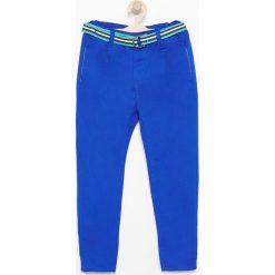 Chinosy chłopięce: Spodnie z paskiem - Niebieski