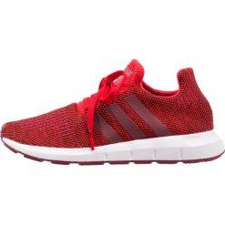 Adidas Originals SWIFT RUN Tenisówki i Trampki red/collegiate burgundy/footwear white. Czerwone tenisówki męskie marki adidas Originals, z materiału. W wyprzedaży za 181,35 zł.