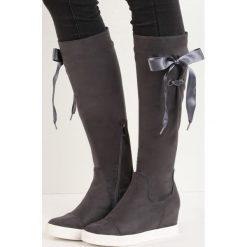 Ciemnoszare Kozaki Hidden Lie. Czarne buty zimowe damskie marki Kazar, z futra, przed kolano, na wysokim obcasie, na koturnie. Za 79,99 zł.