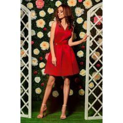 Rozkloszowana sukienka czerwony DAKOTA. Czerwone sukienki balowe marki Lemoniade, na wesele, dekolt w kształcie v, rozkloszowane. Za 159,90 zł.